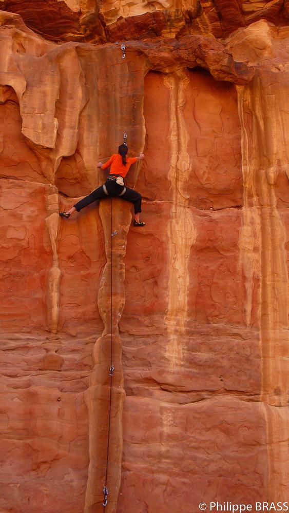Wadi Rum En Jordanie Desormais Mondialement Connu Pour L Escalade De Ses Grands Murs Gres Est Devenue Une Vingtaine Dannees Un Lieu